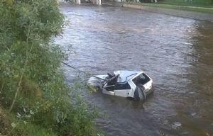 El Fiat Uno quedó en medio el río.