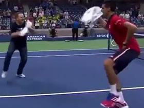 Novak Djokovic baila con un espectador después del triunfo ante Maurer