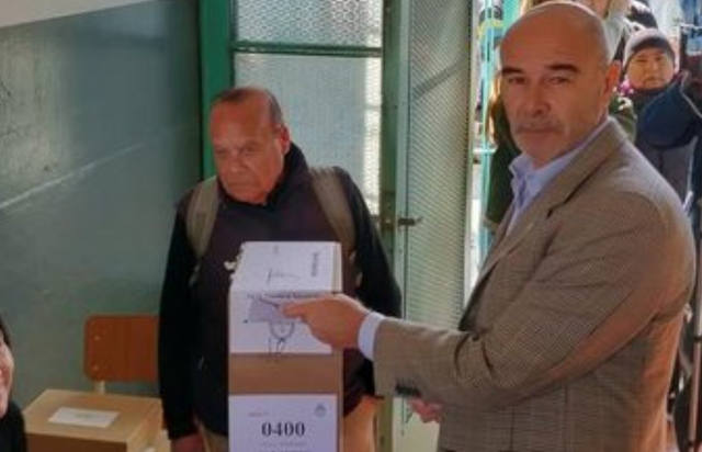 FOTO: Juan José Gómez Centurión votó en una escuela de La Plata