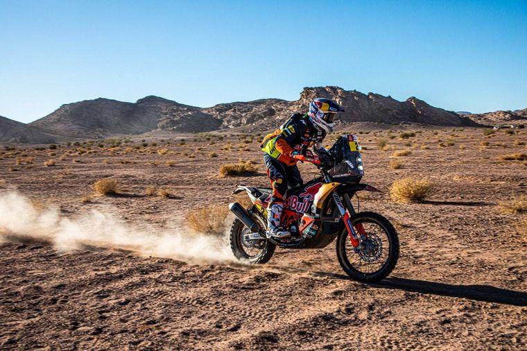 FOTO: El desierto Jabal Af Shifa es el marco de acción para Luciano Benavides y su KTM 450