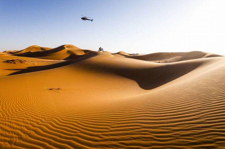 FOTO: Franco Caimi con su Yamaha en la cresta de una duna
