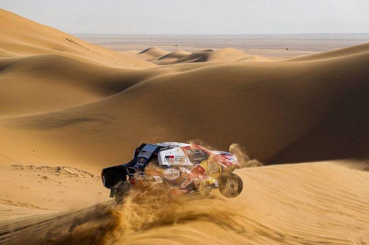 FOTO: Peterhansel envuelto en su propia arena en las dunas de la Etapa 7