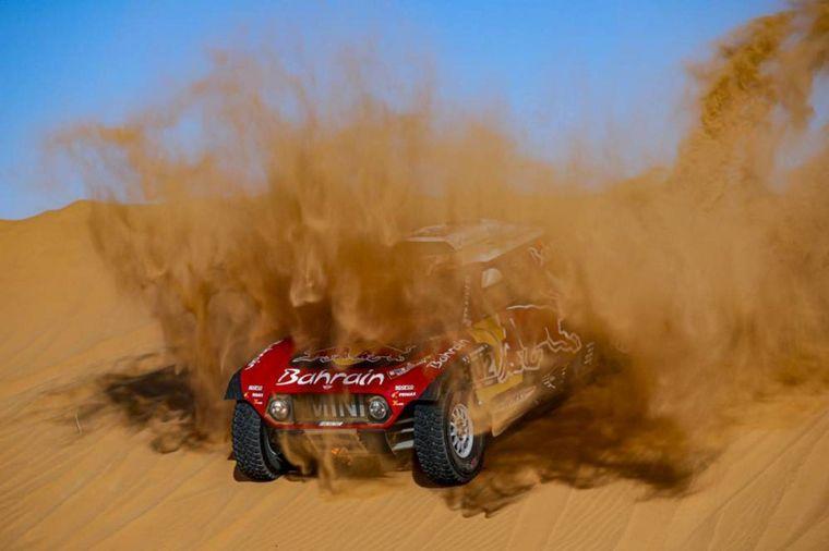 FOTO: Sainz baja a fondo de una duna camino a Wadi Aldawasir