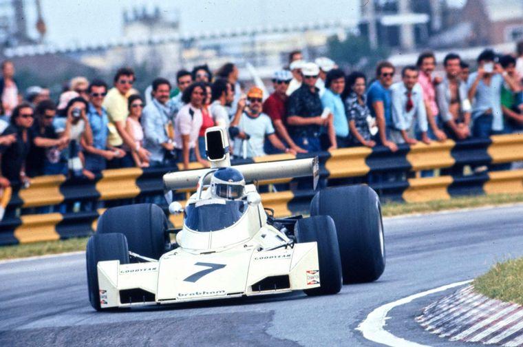 FOTO: Reuteman pasa en el giro 51 con la toma dinámica rota de su Brabham.