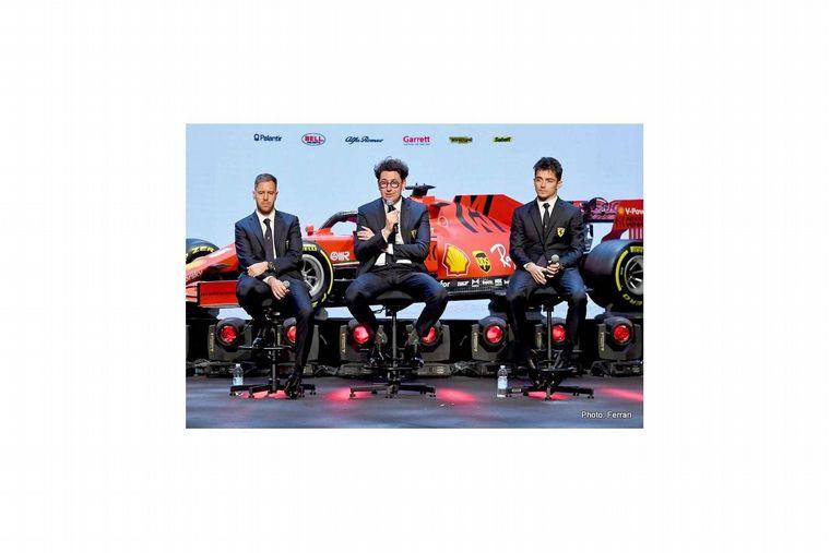 FOTO: Mattia Binotto flanqueado por sus dos pilotos, Leclerc y Vettel