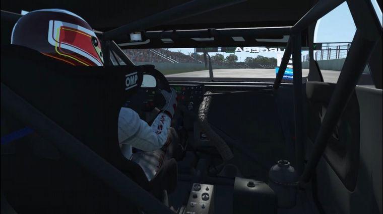 """FOTO: Un simracer al tope de una clasificación con varios pilotos """"reales"""""""