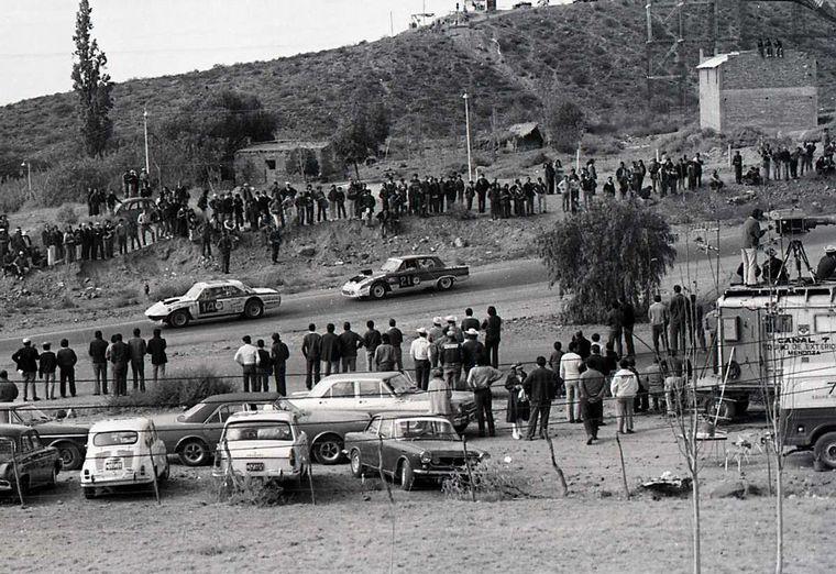 FOTO: Gradassi (Falcon Nº6) camino a la primer victoria del equipo en Mendoza, 1972.