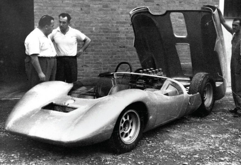 FOTO: Brock, el diseñador del P70, y Fantuzzi con el chasis De Tomaso y el Ford V8