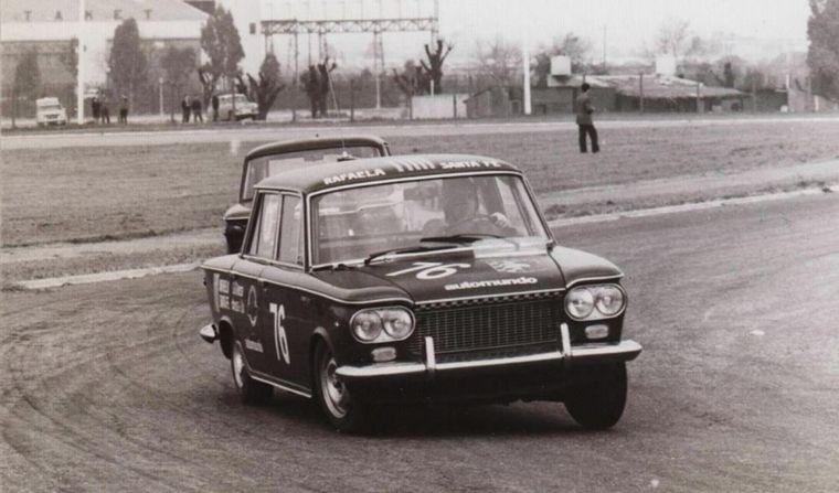 FOTO: En Carlos Paz le dan el primer trofeo a Carlos Reutemann en el automovilismo