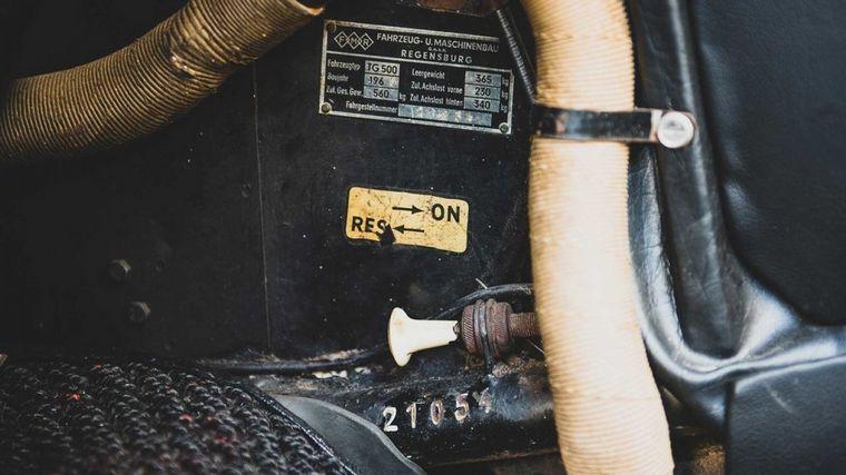 FOTO: La cola -donde guarda el motor y la transmisión- con la rueda de auxilio