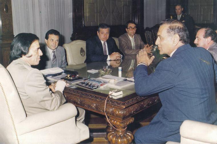 FOTO: Con Juan Manuel Fangio y Froilán González, todos lo escuchaban con atención