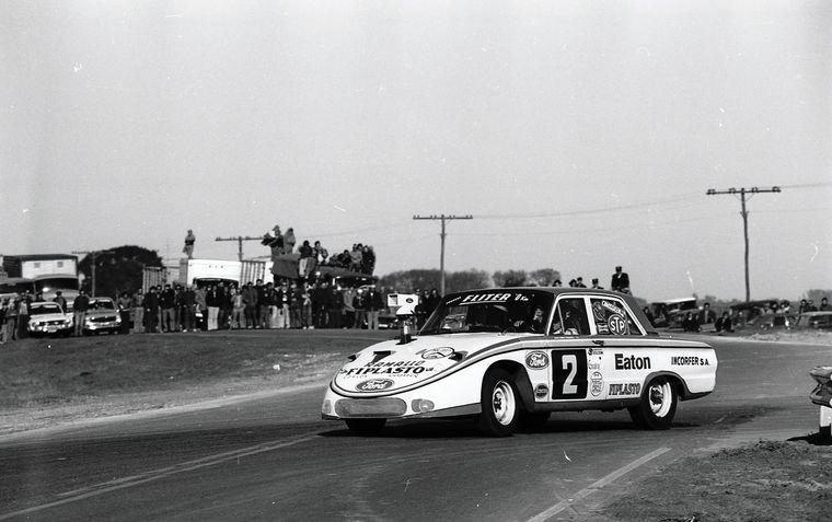 FOTO: El Ford del Campeón Héctor Luis Gradassi en la rotonda de Pergamino 1975.