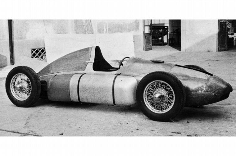 """FOTO: Para independizarse, hizo el """"auto del pueblo"""" que le pidió Hitler"""