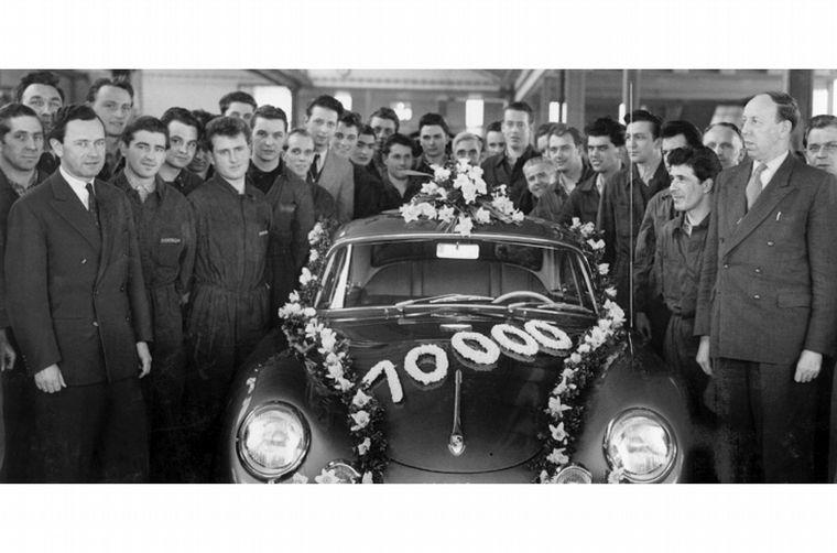 FOTO: 1950, con su padre preso, Ferry arma la fabrica Porsche y crea el 356