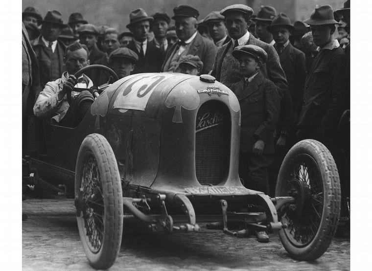 FOTO: Fabricó el Sascha de 1.1 litros; aquí lo maneja Adolf Neubauer, nada menos
