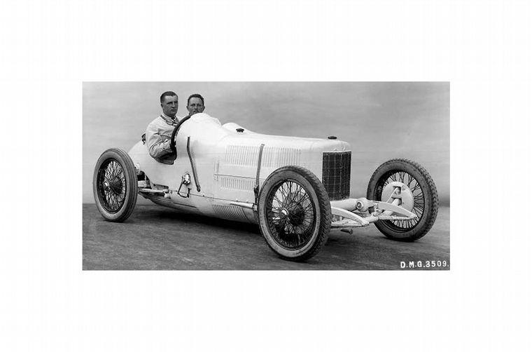 """FOTO: Un enorme V8 es el transporte del Type """"Monza"""" que parte hacia un Grand Prix"""