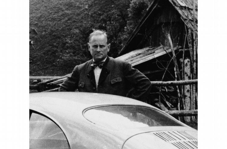 FOTO: El ingeniero Ferdinand Porsche con un 356, cerca de su final, con la salud afectada