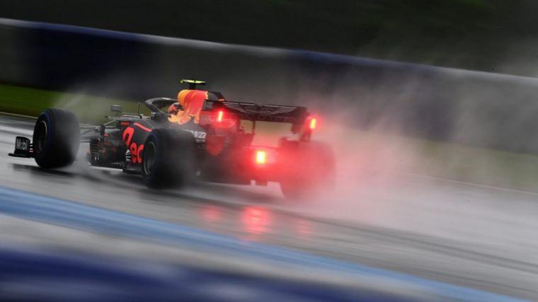FOTO: El inglés puso su W11 en una dimensión inalcanzable bajo la lluvia