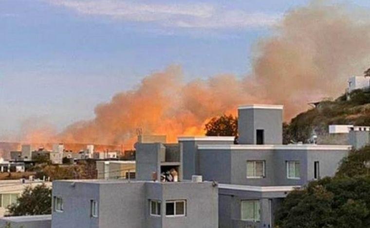 FOTO: En el incendio trabajan 11 dotaciones de bomberos.