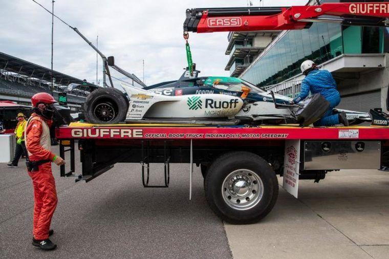 FOTO: El McLaren Arrow de Alonso regresado en una plancha a los pits en IMS