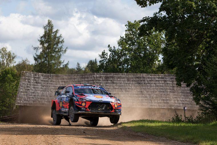 FOTO: Tänak vuela con su Hyundai ante el delirio de su público en Estonia.