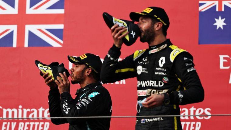 FOTO: Lewis Hamilton y Daniel Ricciardo se divierten en el podio de Imola