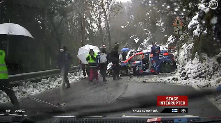 FOTO: El noruego Olé C. Veiby estrelló su Hyundai en la montaña y bloqueó la pista