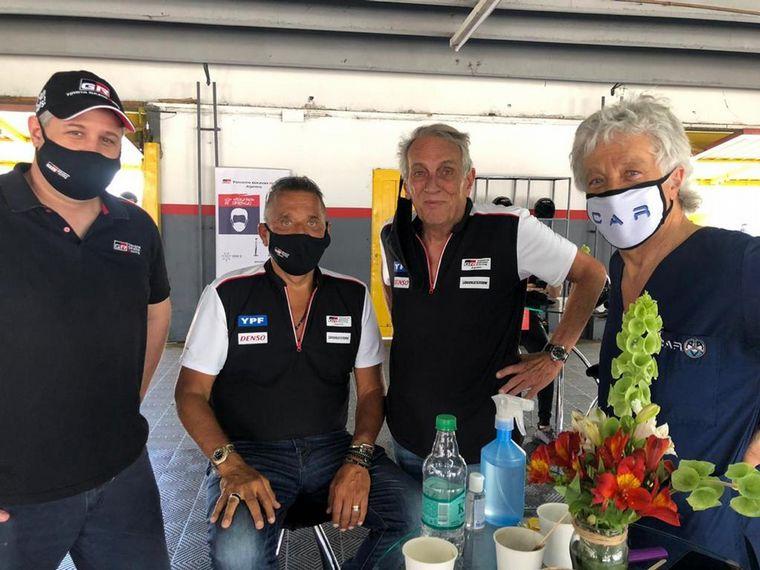 FOTO: Matías Rossi, piloto oficial y Gabriel Raies, embajador de la marca, con el Corolla.