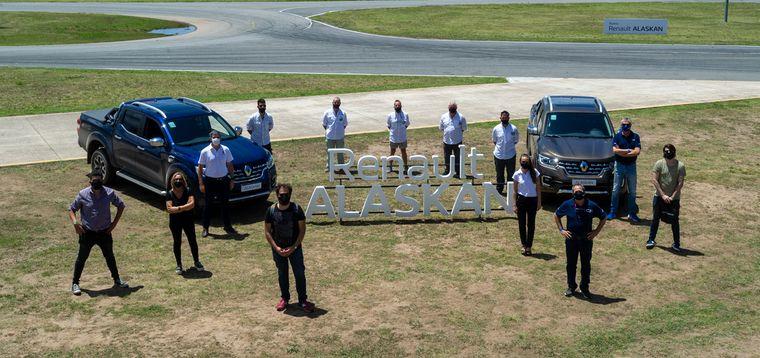 FOTO: -Cadena3Motor-, junto a Lucía Ploper (Comunicaciones) y Diego Paulini (Gpe.Renault)