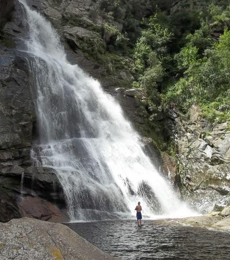 FOTO: Un oasis cordobés con una cascada, dos arroyos y una capilla