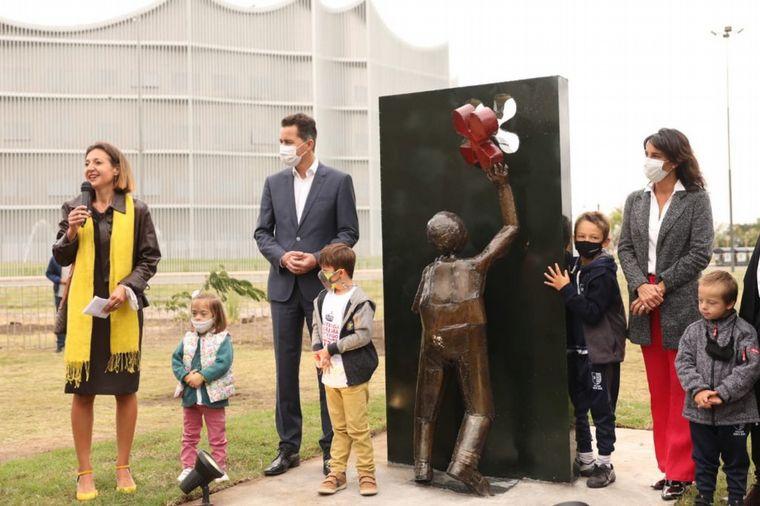 FOTO: Se inauguró una escultura que representa a las personas con trisomía 21