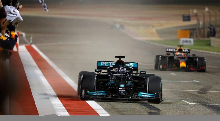 FOTO: Hamilton defiende por dentro, Verstappen ataca por el externo de la pista