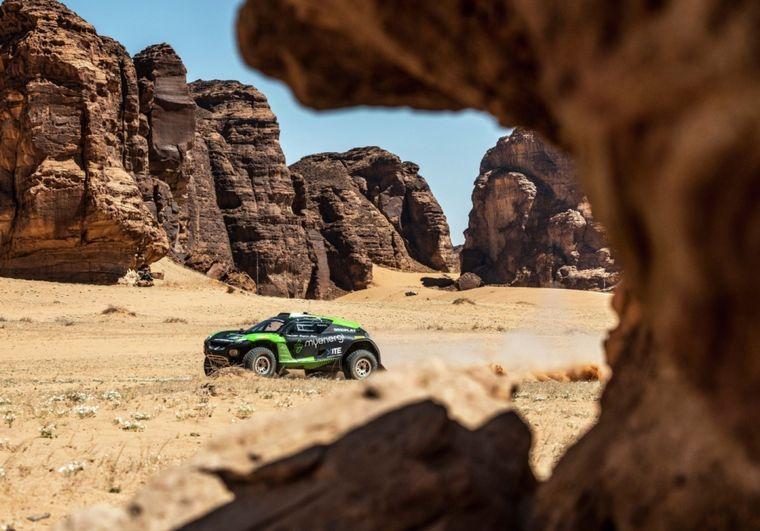 FOTO: El gran Chip Ganassi con su auto en Al-Ula