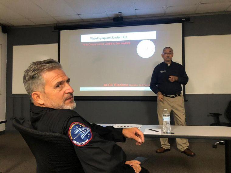 FOTO: Jean Maggi se recibe se astronauta civil en EE.UU.