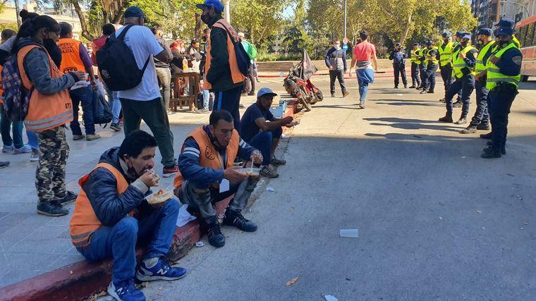 FOTO: Reclamo de naranjitas frente a la Municipalidad de Córdoba.