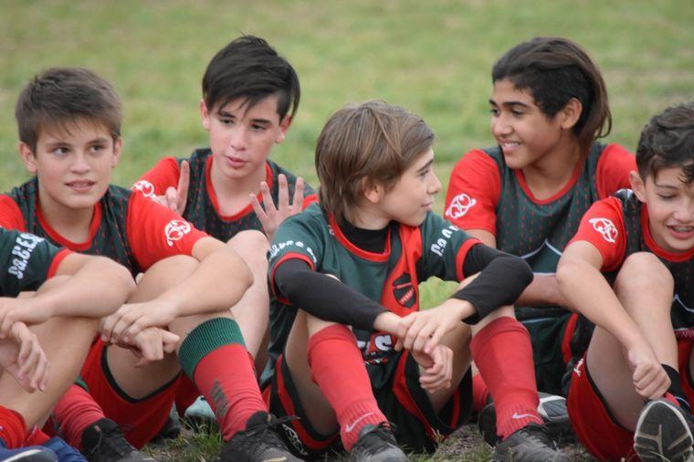 """FOTO: Juega en la línea """"B"""" de Peñarol y sus compañeros aprendieron lenguaje de señas."""