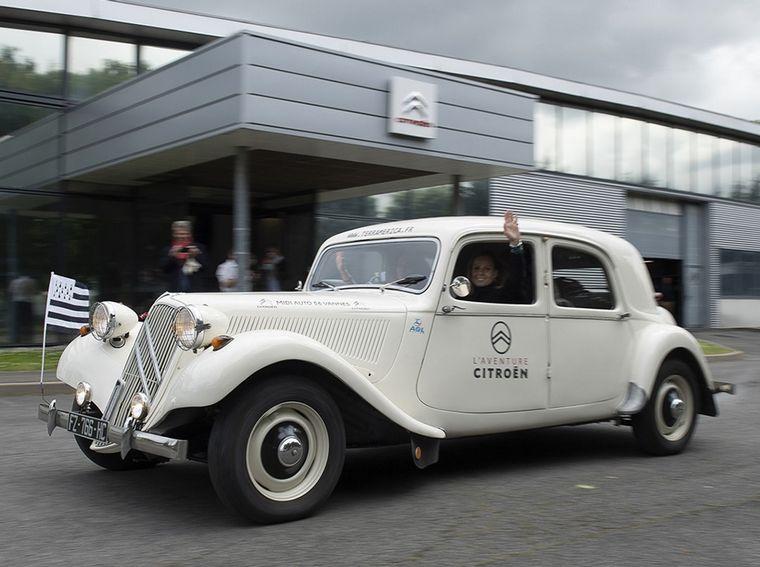 FOTO: Fanny Adam y Gaëlle Paillart junto al Citroën de la travesía
