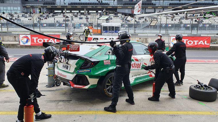 FOTO: El equipo Honda oficial de WTCR festejando el podio tras las 24 horas de carrera.