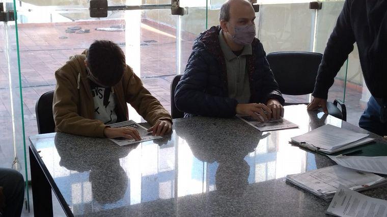 FOTO: La municipalidad convocó a personas ciegas para evaluar placas braille