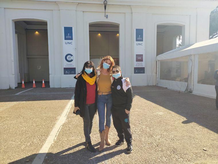 FOTO: Flavia Irós, Malena Pozzobon y Joaquín, un joven que consiguió su vacuna
