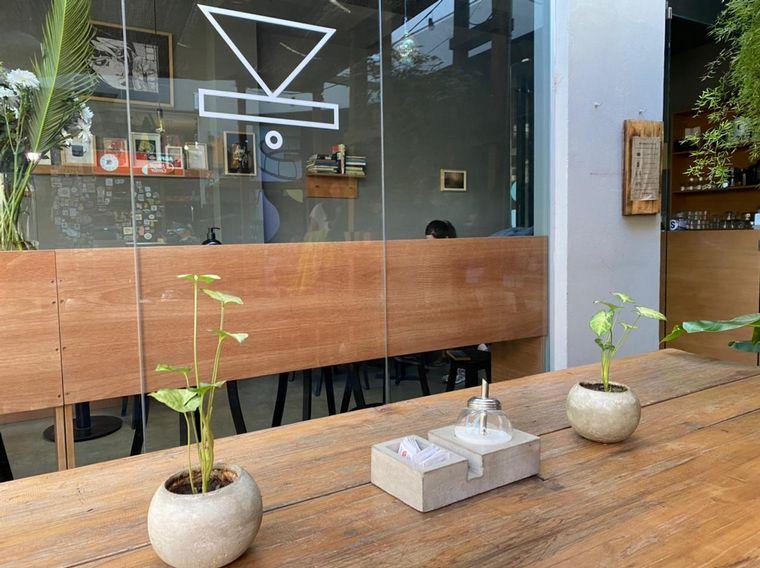 FOTO: Kråke café está ubicado al fondo de la galería Caribú en calle Belgrano 844.