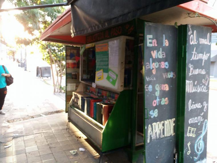 FOTO: Recuperaron un puesto de diarios y lo hicieron biblioteca
