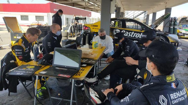 FOTO: Pablo Sibilla y el staff principal de Renault Sport Argentina