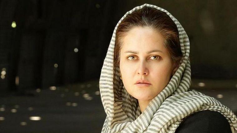 FOTO: La cineasta afgana Sahraa Karimi anunció que hará una película de su escape (archivo)
