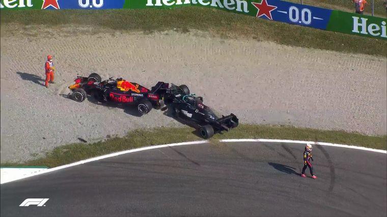 FOTO: Verstapen sobre Hamilton, así quedaron tras el toque en Monza.