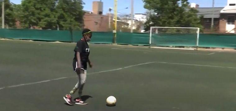 FOTO: Yoyoca jugando al fútbol (Foto: Club barrio Parque)