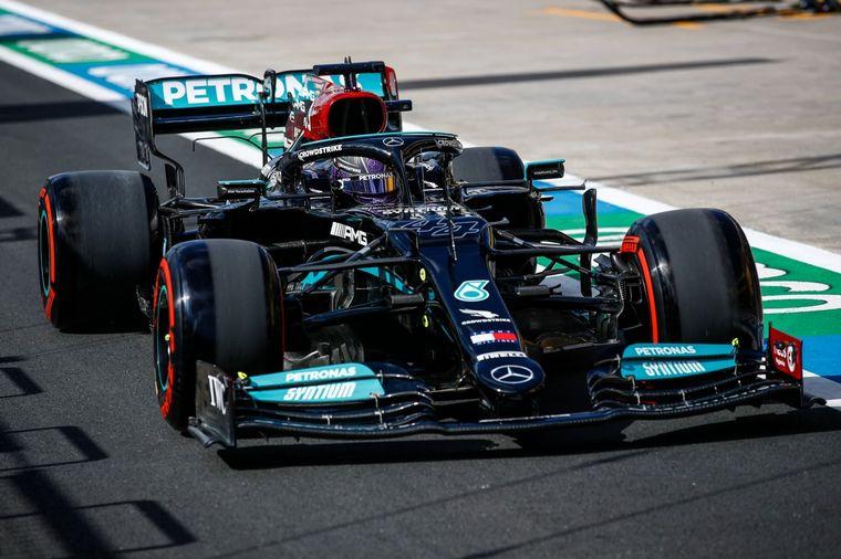 FOTO: Hamilton y Bottas se saludan al final de una gran Qualy para Mercedes en Turquía