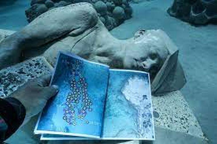 FOTO: Está compuesto por 93 obras de arte que simulan un bosque marítimo.